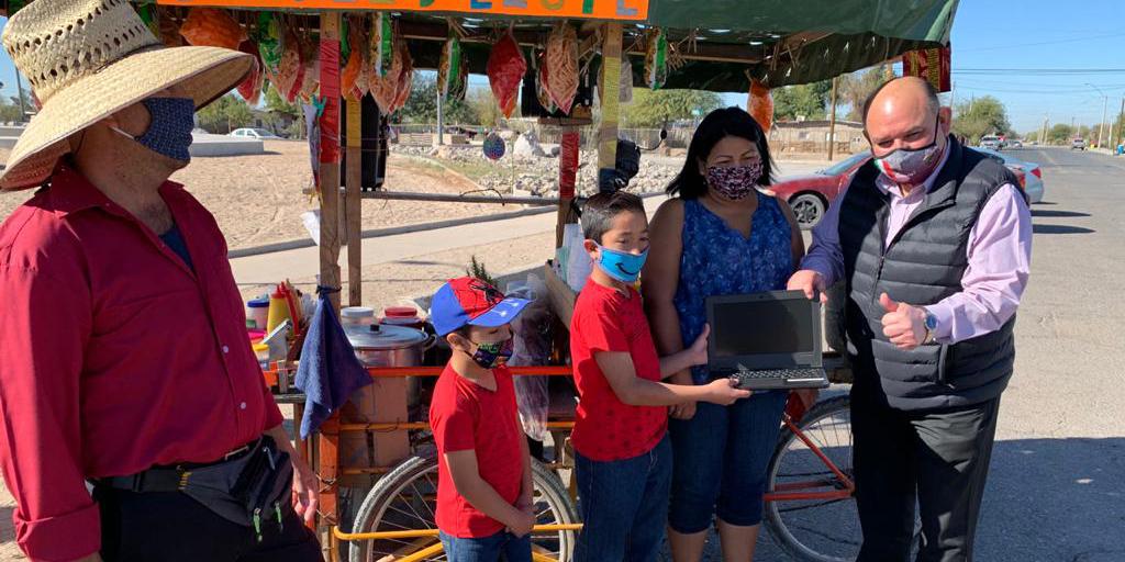 Entrega la Comuna equipos de cómputo a dos niños de primaria