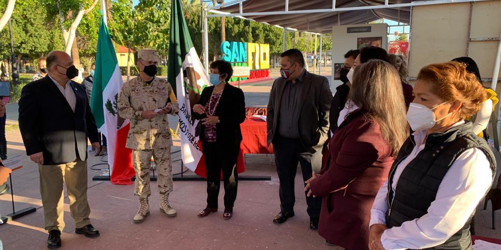 Recorre Alcalde exposición de banderas