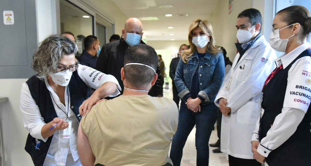 Aplican segunda dosis de vacuna anticovid-19 a personal de salud en Sonora
