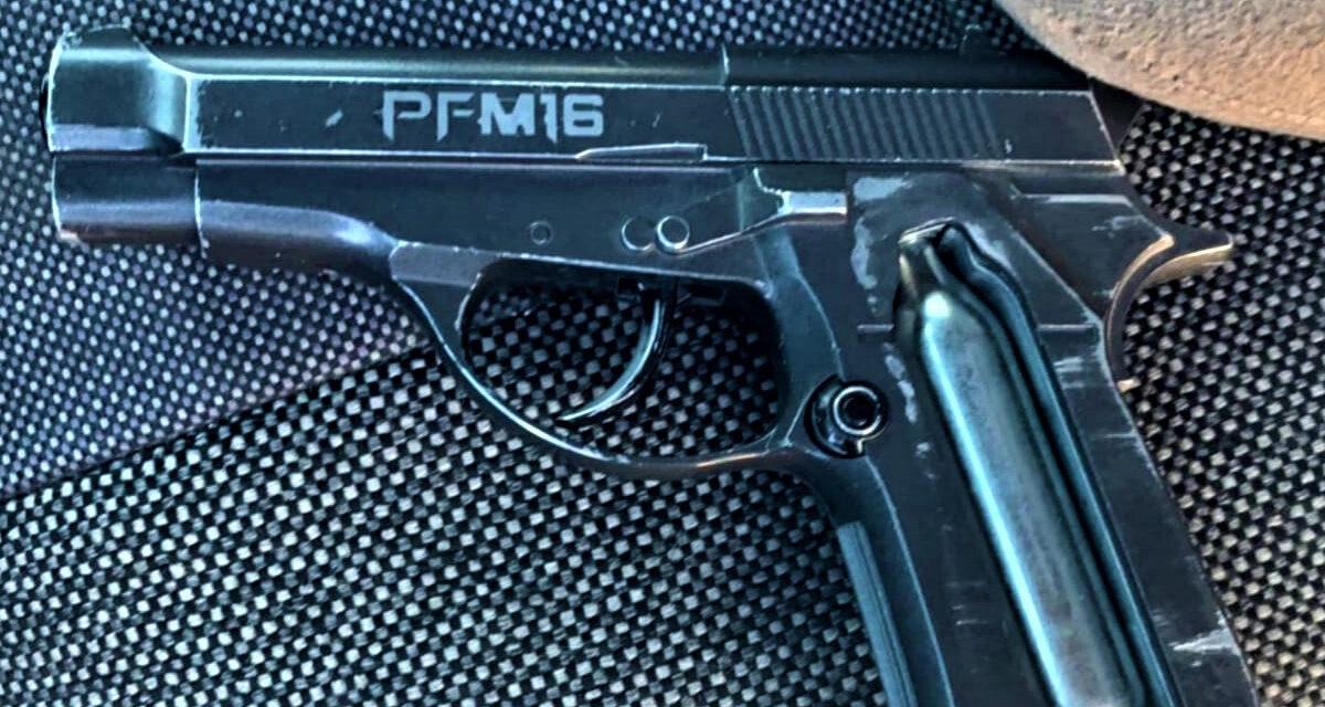 Municipales detienen a menor con pistola de utilería