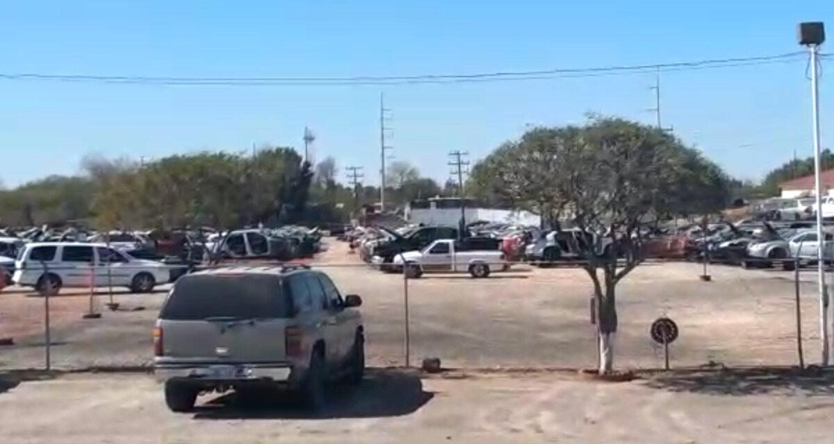 Hombre muere prensado por un automóvil