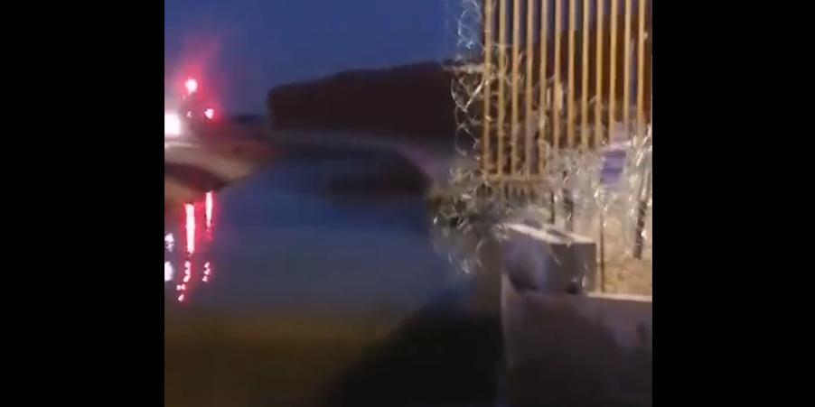 Rescatan a dos migrantes atorados en el cerco de púas en el muro fronterizo de SLRC