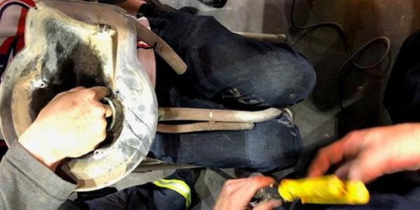 Sujeto de Yuma atora un dedo en el tanque de gasolina