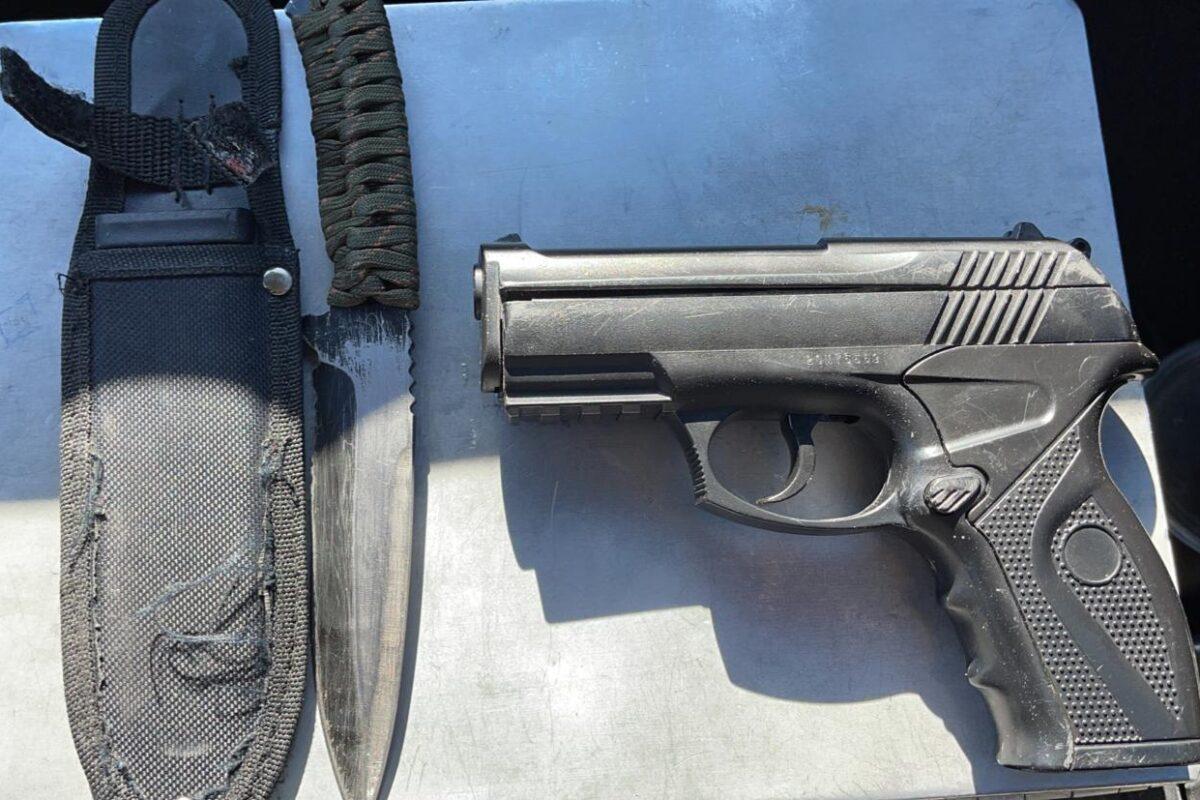 Abandonan armas en plena vía pública en SLRC