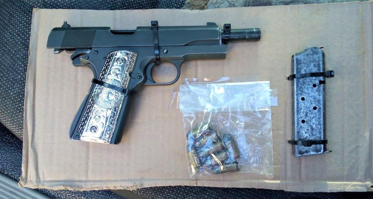 Municipales detienen a dos tipos con arma de fuego en SLRC