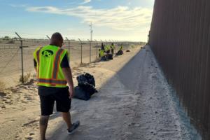 Voluntarios limpian zona de cruce de indocumentados en San Luis, Arizona